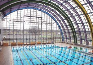 開閉式のガラス窓が特徴の温水プール